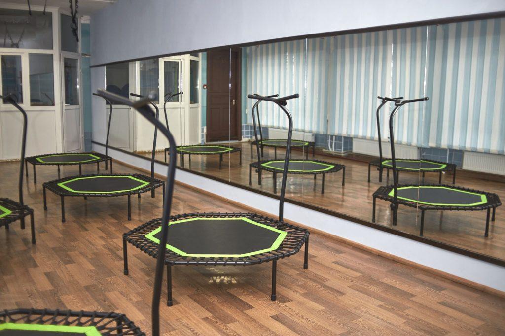 Mini trampolines with handlebars in studio